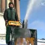 Крышу Исаакиевского собора очищают от снега с помощью снегоуборочной техники