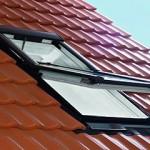 Мансардное окно на солнечной батарее