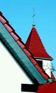 Черепичная эстетика: вид на фронтонную черепицу и ретро-черепицу на башне