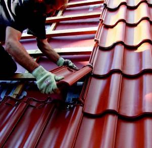 Скаты крыши около колокольни монтировались с использованием противоветровых зажимов Sturmfix