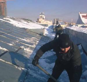 Очистка крыш зданий от снега требования
