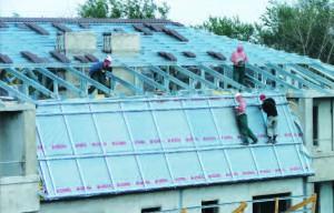 Монтаж черепицы на крыше жилого дома в Туле (ул. Кирова, 18а). Этот город уже может похвастаться современными зданиями, крыши которых покрыты данным кровельным материалом