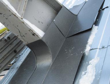 Примерка «воротника» по месту монтажа на одном из кронштейнов навеса