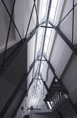 Организация естественного освещения через конек крыши