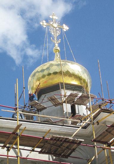 В случае с крупными куполами, чтобы избежать повреждения слоя позолоты при монтаже, работы чаще всего проводят на уже установленном куполе, с лесов, и потому не всегда в удобном положении