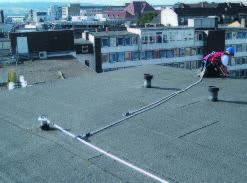 Крепление системы безопасности на плоской крыше с гидроизоляционным покрытием из рулонного битумного материала