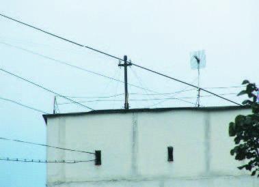 Крыша обычной «двенадцатиэтажки» времен массового индустриального домостроения: проржавевшее деформированное ограждение высотой 600 мм не способно предотвратить трагедию