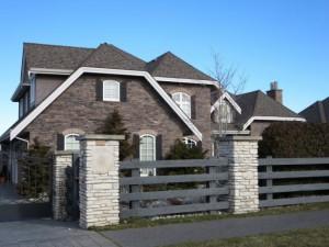 Коричневая крыша этого дома конкурирует со сложным камнем стен и создает довольно мрачное общее впечатление