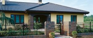 """""""Холодное"""" цветовое решение. Желтые стены, контрастирующие с темной крышей и холодными деталями из клинкера. Такого эффекта удалось достичь в том числе и благодаря выбору темно-коричневых оконных рам."""
