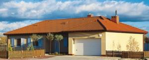 """""""Теплое"""" цветовое решение. Похожий по количеству этаже и метражу дом выглядит совсем по-другому. Желтые, солнечные стены и традиционная красная черепичная крыша объединены теплым оранжевым тоном. Белые элементы, такие как окна, гаражные ворота, ставни, подчеркивают ухоженность дома."""