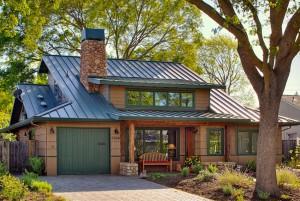 """Этот дом в """"деревенском"""" стиле с каменным дымоходом и соответствующим по цвету сайдингом отлично смотрится с металлической фальцевой кровлей зеленого цвета. Зеленая крыша не кричит """"посмотри на меня, посмотри на меня!"""", потому что все детали гармонируют друг с другом, даже скамейка под окном"""