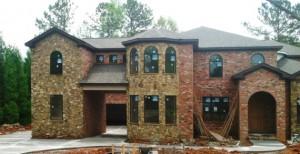 А этот дом выполнен из крайне неудачно выбранных оттенков кирпича и камня, и даже строгая нейтральная крыша не может поправить положение дел
