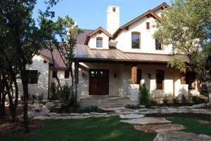А этот дом прекрасен. Каменная дорожка ведущая к дому, хорошо гармонирует с коричневой фальцевой кровлей и кремовым камнем