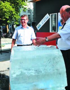 Эксперимент, организованный одной из тематических секций. Сравниваются два куба льда: незадолго до этого один куб был помещен в миниатюрное здание с прекрасной теплоизоляцией, а другой – в макет здания 1970-х гг. со стандартной изоляцией