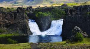 Типичный ландшафт Исландии в той ее части, где нет ледников. Рядом с этим водопадом и расположена восстановленная археологами средневековая ферма