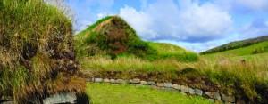 Дерновая кровля средневековой фермы, восстановленной исландскими археологами