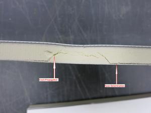 Поперечное сечение подложки из высокоплотного полиизоцианурата после двукратного воздействия ледяных шаров. Эта система состояла из механически закрепленной мембраны толщиной 1,2 мм, под которой была подложка и 5-см слой полиизоциануратной изоляции