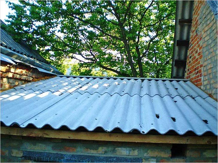 Еще одна жизнь для шифера –на крышах надворных построек. Фото с сайта kaksdelatgarazh.ru